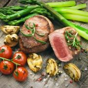 Steak vom Biorind mit Spargel, Pilzen und geschmorten Tomaten