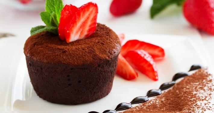 Kuchendessert aus Schokolade mit Erdbeeren