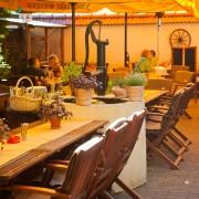 Italienische Kräuter als Tischdekoration im Freisitz