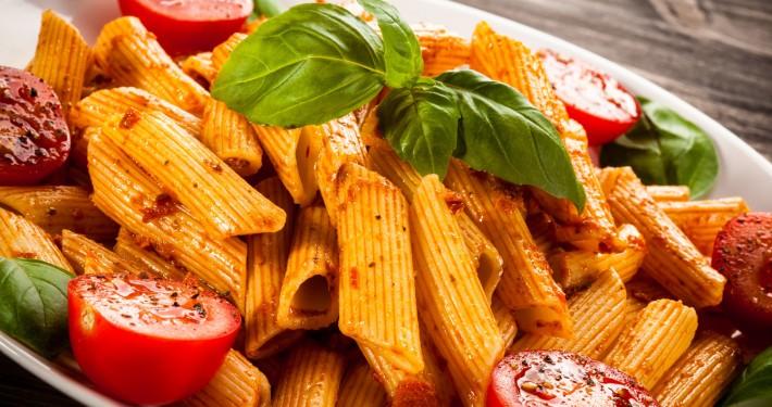 Pasta Arrabiata mit Basilikum und Tomate
