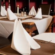 Stilvolle Tischgedecke und romantisches Kerzenlicht